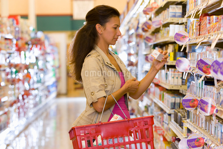 Woman shopping grocery storeの写真素材 [FYI02112189]
