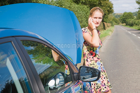 Woman With Broken Down Car Phoning For Assistanceの写真素材 [FYI02112193]