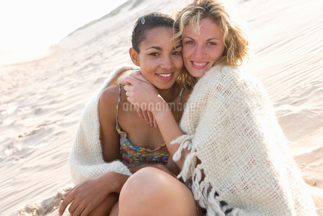 Young women hugging on beachの写真素材 [FYI02112275]