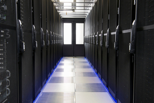 Servers in aisle of storage cabinets in data centerの写真素材 [FYI02112277]