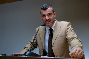 Businessman giving speech, portraitの写真素材 [FYI02112477]
