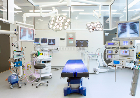Hospital operating room with monitors and equipmentの写真素材 [FYI02112585]