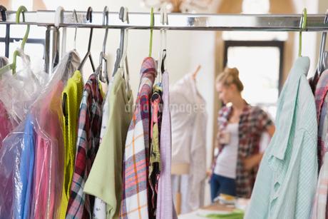 Fashion Designer Working In Design Studioの写真素材 [FYI02112615]