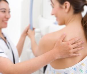Radiologist helping patient with mammogramの写真素材 [FYI02112769]