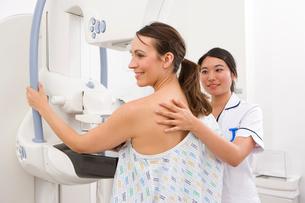 Radiologist helping patient with mammogramの写真素材 [FYI02112789]