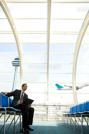 Businessman in airport waiting areaの写真素材 [FYI02113025]