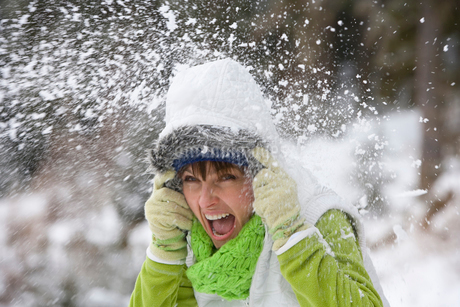 Shouting woman getting hit with snowballの写真素材 [FYI02113127]