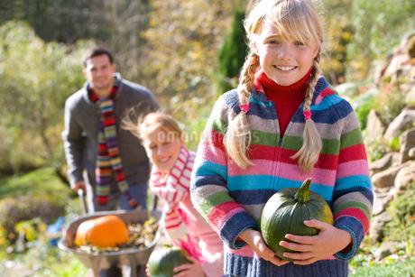 Family gathering autumn pumpkins outdoorsの写真素材 [FYI02113138]