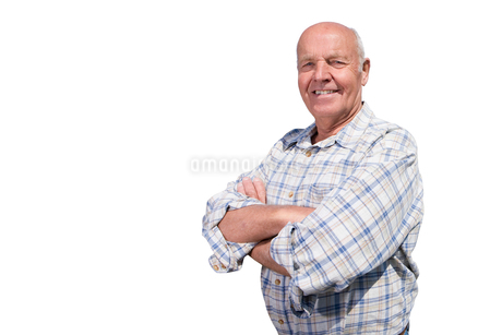Smiling senior man with arms crossedの写真素材 [FYI02113691]