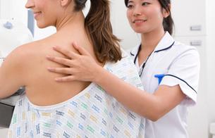 Radiologist helping patient with mammogramの写真素材 [FYI02113823]