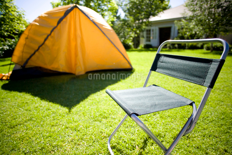 Tent and camping chair in backyardの写真素材 [FYI02113900]