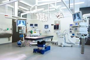 Hospital operating room with monitors and equipmentの写真素材 [FYI02114045]
