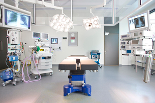 Hospital operating room with monitors and equipmentの写真素材 [FYI02114279]