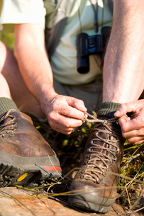 Close up of man tying hiking bootsの写真素材 [FYI02114401]