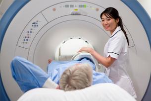 Radiologist helping patient with MRI scanning machineの写真素材 [FYI02114695]
