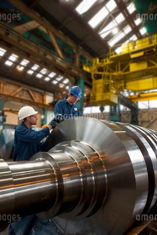Engineers working on metal machineryの写真素材 [FYI02114897]