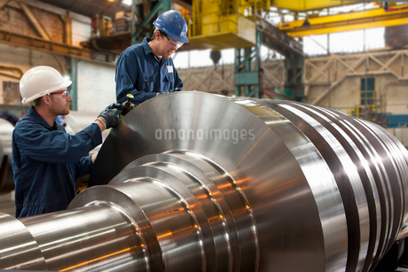 Engineers working on metal machineryの写真素材 [FYI02114977]