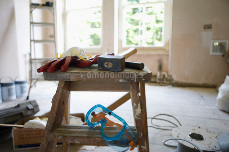 Room under renovation, hammer and protective eyewear on work benchの写真素材 [FYI02115000]
