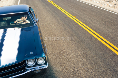 Man in car on side of road, elevated viewの写真素材 [FYI02115045]