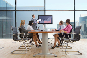 Businessman giving presentation to co-workers in conference roomの写真素材 [FYI02115057]
