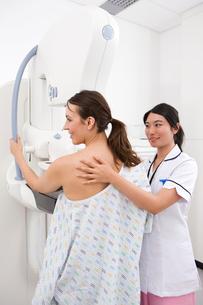 Radiologist helping patient with mammogramの写真素材 [FYI02115106]