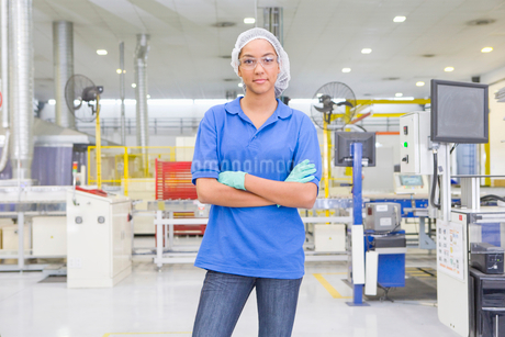 Portrait of Technician worker looking at camera in solar panel factory production lineの写真素材 [FYI02115192]
