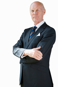 Senior businessman, arms crossed, cut outの写真素材 [FYI02115275]
