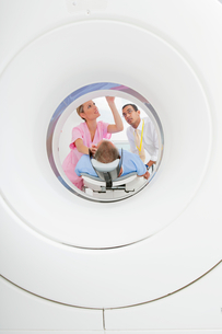 Doctor and technician nurse preparing patient at CT scanner tube in hospitalの写真素材 [FYI02115318]