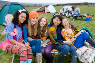 Laughing friends camping and attending outdoor festivalの写真素材 [FYI02115485]