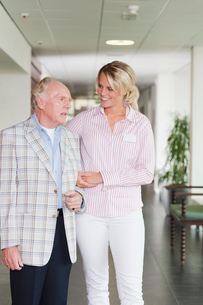 A senior man talking to a care assistant in a retirement homeの写真素材 [FYI02115628]
