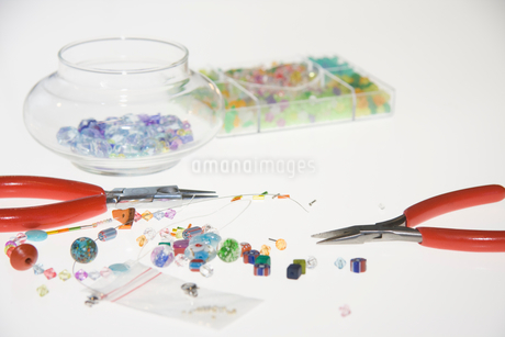Colored beads and tools for making jewelryの写真素材 [FYI02115700]