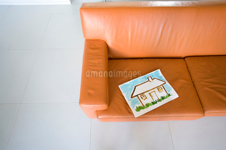 Painting of house on sofa, elevated viewの写真素材 [FYI02115791]