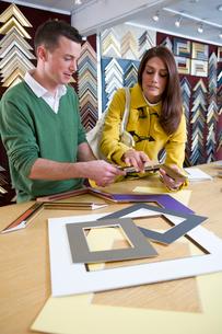 Salesman helping customer in frame shopの写真素材 [FYI02115848]