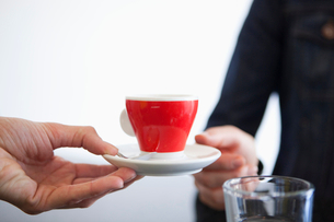 A cup of tea or coffee being servedの写真素材 [FYI02115942]