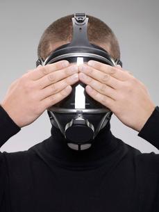 Man wearing gas maskの写真素材 [FYI02116011]