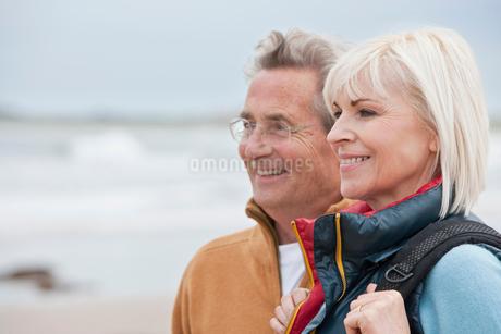 Romantic Mature Couple On Winter Beach Holidayの写真素材 [FYI02116074]