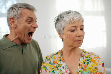 Angry senior man yelling at senior womanの写真素材 [FYI02116245]
