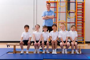 School children and teacher in school gymnasiumの写真素材 [FYI02116412]