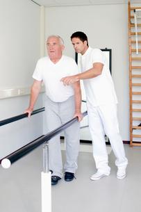 A senior man having physiotherapyの写真素材 [FYI02116443]
