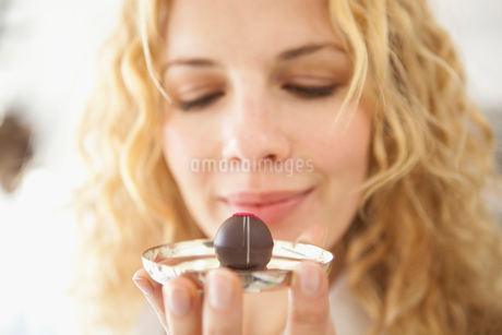 A woman holding at a chocolateの写真素材 [FYI02116478]