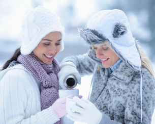 Two young women drinking hot tea on winter dayの写真素材 [FYI02116584]