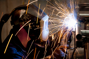 Close up of welder using welding torchの写真素材 [FYI02116722]