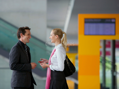 Businesspeople talking in conference centerの写真素材 [FYI02116723]