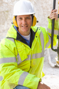 Close up of construction worker wearing hard hat and ear protectorsの写真素材 [FYI02116750]
