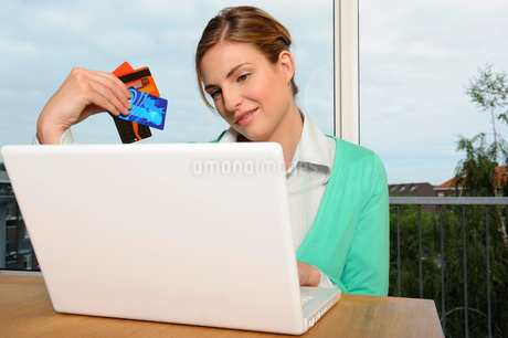 Portrait of woman shopping onlineの写真素材 [FYI02116883]