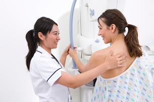 Radiologist helping patient with mammogramの写真素材 [FYI02116908]