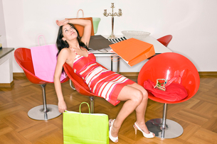 Young woman exhausted after shoppingの写真素材 [FYI02116959]