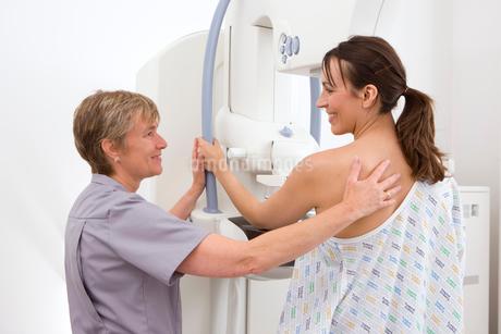 Radiologist helping patient with mammogramの写真素材 [FYI02116982]