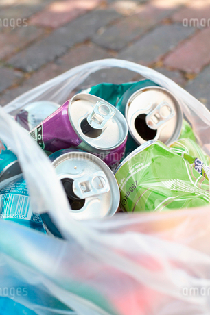 Close-up of a bag of empty aluminum cans for recyclingの写真素材 [FYI02116988]