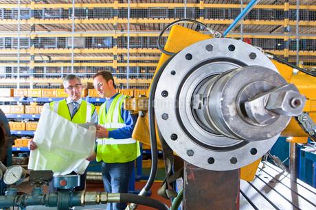 Engineers with blueprints in factoryの写真素材 [FYI02117058]